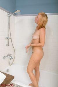 Mature-blond-Kate-Takes-a-shower-%5Bx127%5D-p7adg2erre.jpg